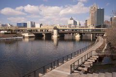 在一座街市街道天桥下的内在运河在密尔沃基WI 库存图片
