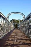 在一座被成拱形的桥梁的走道 库存照片