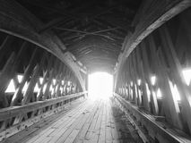 在一座被遮盖的桥里面的精妙的艺术性的建筑学-阿什塔比拉-俄亥俄 免版税图库摄影