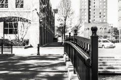 在一座走的桥梁的黑栏杆在城市 免版税图库摄影
