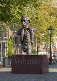 在一座运河桥梁的雕象Multatuli在阿姆斯特丹,荷兰 免版税库存照片