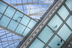 在一座透明桥梁的脚步在一个未来派大厦 库存照片
