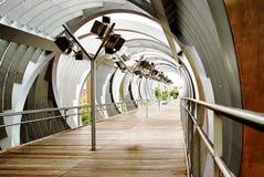 在一座金属走的桥梁的意想不到的看法在马德里 西班牙 免版税库存图片