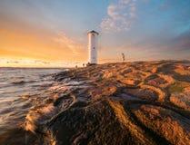 在一座风车型灯塔的美好的日落, Swinoujscie, 库存图片