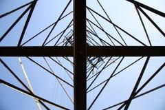 在一座高压电定向塔的看法从直接地下面, wh 库存图片
