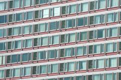 在一座高层建筑物的玻璃结构样式 免版税库存照片