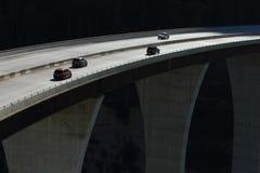 在一座高级桥梁01的汽车 免版税库存图片