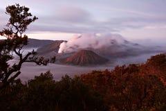 在一座活火山和Cemore Lawang村庄的一张视图  库存照片