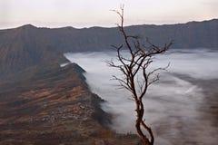 在一座活火山和Cemore Lawang村庄的一张视图  免版税库存照片