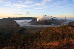 在一座活火山和Cemore Lawang村庄的一张视图  免版税库存图片