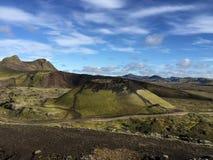 在一座绿色山的火山口, landmannalugar 免版税库存图片