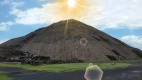 在一座teotihuacan金字塔上和云彩被看见的蓝天和太阳在普埃布拉山的热的夏天 库存照片