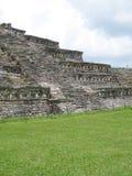 在一座totonaco金字塔上和云彩被看见的蓝天和太阳在热的夏天在中央墨西哥 免版税库存照片