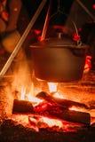 在一开火的煮沸的罐在被弄脏的背景 库存图片