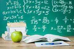 在书桌上的学校课本 免版税库存照片