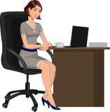 在一张书桌后的办公室妇女有膝上型计算机的 库存图片