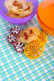 在一张五颜六色的席子的传统马来西亚曲奇饼。 免版税库存图片