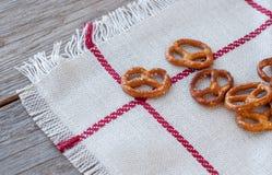 在一张亚麻布餐巾的盐味的bretzels 选择聚焦 免版税库存照片