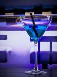 在一张休息室酒吧桌上的蓝色鸡尾酒饮料与文本的空间 免版税库存图片