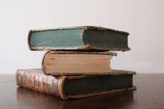 在一张古色古香的木桌上堆的旧书 库存图片