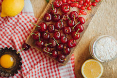 在一张土气木桌上的新鲜的红色樱桃 成熟樱桃我o 免版税库存照片