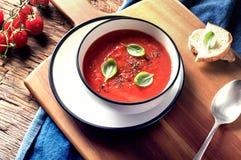 在一张土气木桌上的蕃茄汤 库存图片