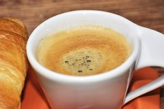 在一张土气木桌上的coffe杯子 免版税图库摄影