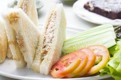 在一张土气桌上的三明治在明亮的光 图库摄影