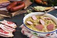 在一张土气桌上的传统荷兰浓豌豆汤 免版税库存图片