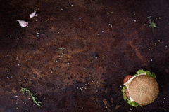 在一张土气桌上的可口新鲜的自创汉堡 菜单框架 看法从上面,文本的空间 库存图片