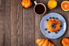在一张土气桌上的可口早餐 免版税库存图片