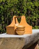 在一张土气桌上的木碗 免版税图库摄影