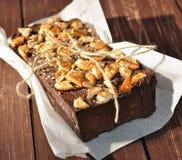 在一张土气纸装饰用饼干小片断和安置的wraped一个开胃巧克力蛋糕 图库摄影