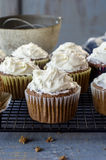 在一张土气蓝色桌上的新鲜的被烘烤的杯形蛋糕 库存照片