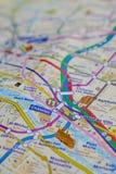 在一张地图的巴黎名字与红色埃佛尔铁塔缩样 库存照片