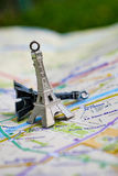 在一张地图的巴黎名字与红色埃佛尔铁塔缩样 免版税库存照片