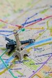 在一张地图的巴黎名字与红色埃佛尔铁塔缩样 库存图片