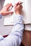 在一张女性工程师图画的肩膀的看法 免版税库存图片