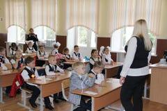 在一张学校书桌的学生在一个教训在学校-俄罗斯莫斯科第一所高中头等b - 2016年9月1日 库存图片