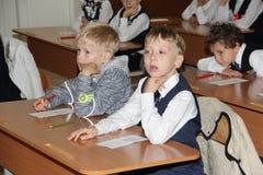 在一张学校书桌的学生在一个教训在学校-俄罗斯莫斯科第一所高中头等b - 2016年9月1日 免版税库存图片