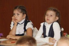在一张学校书桌的学生在一个教训在学校-俄罗斯莫斯科第一所高中头等b - 2016年9月1日 图库摄影