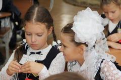 在一张学校书桌的学生在一个教训在学校-俄罗斯莫斯科第一所高中头等b - 2016年9月1日 免版税图库摄影