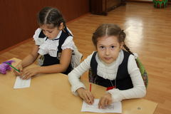 在一张学校书桌的学生在一个教训在学校-俄罗斯莫斯科第一所高中头等b - 2016年9月1日 库存照片