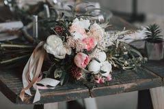 在一张年迈的木桌上的土气花束 附庸风雅 免版税库存照片