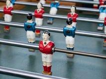 在一张微型橄榄球赛桌上的有些球员在看法的关闭 库存照片