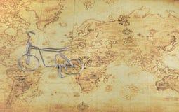 在一张旧世界地图的微型自行车 免版税图库摄影