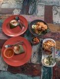 在一张时髦的五颜六色的桌上的传统巴厘语食物在巴厘岛的努沙杜瓦 免版税库存照片