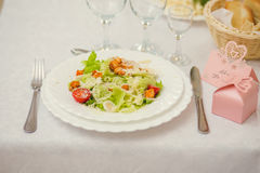 在一张服务的桌上的新鲜的沙拉 库存图片
