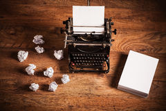 在一张木书桌上的减速火箭的打字机 免版税库存图片