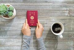 在一张木书桌上的日本护照 免版税库存图片